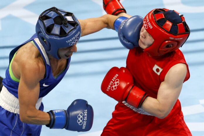 Цукими Намики от Япония (червено) и Стойка Кръстева от България (синьо) по време на полуфинала за жени (48-51 кг) по бокс в Токио 2020
