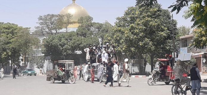 Талибански бойци патрулират, след като поеха контрола над дома на губернатора и град Газни, Афганистан, 12 август 2021г.