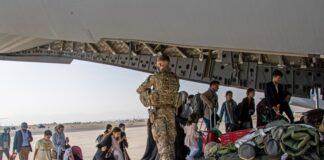 Британски граждани се качват на борда военен самолет на летището в Кабул