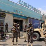 Талибаните охраняват международното летище Хамид Карзай след изтеглянето на САЩ от Афганистан, 31 август 2021г.