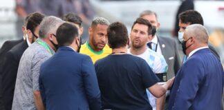 Неймар и Лионел Меси разговарят с бразилските здравни служители, след спирането на футболния мач между Бразилия и Аржентина