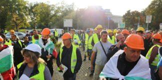 Пътни строители протестират пред парламента