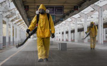 Работник дезинфекцира гара в Москва