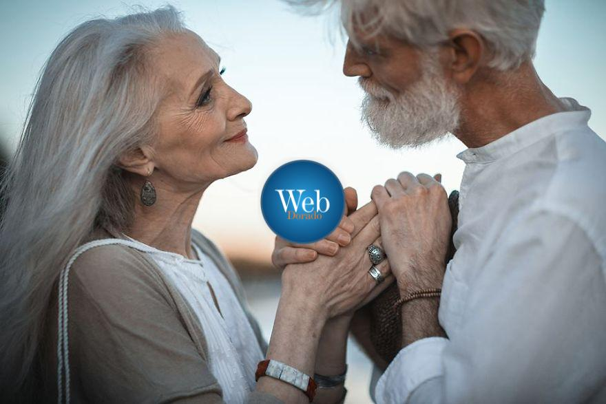Russian-photographer-makes-wonderful-photos-with-an-elderly-couple-showing-that-love-transcends-time-597104a0c49a5  880
